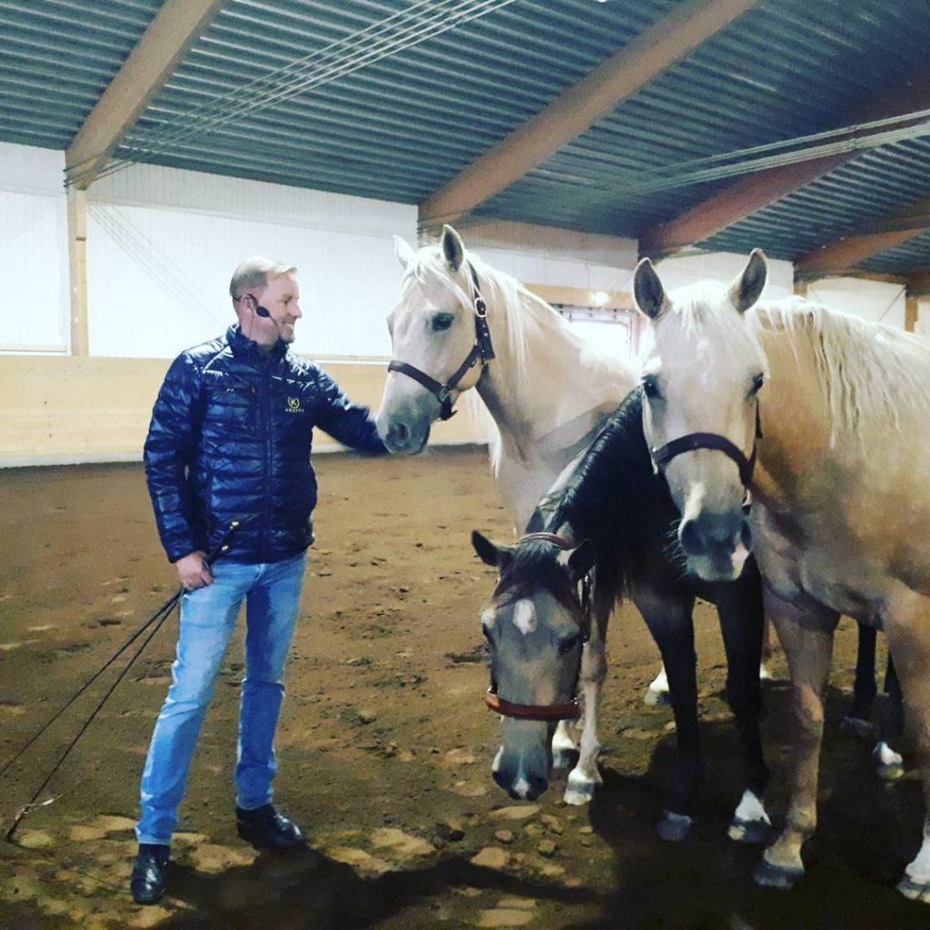 Tobbe Larsson och hans tre unga hstar laddar fr imorgon!hellip
