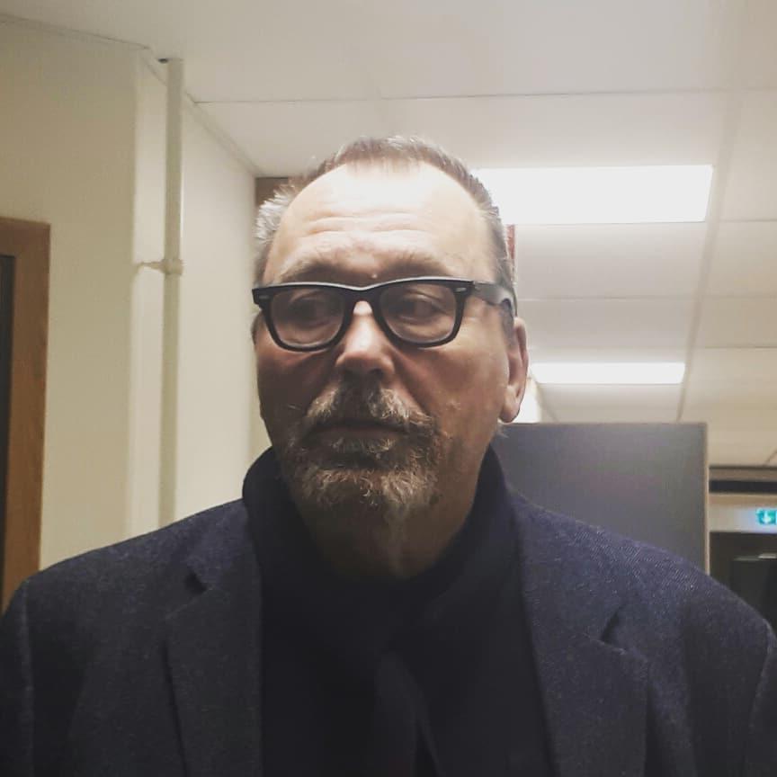 Konstkritiker Bo Borg hll ett kul konstsamtal under konstnarligahastar Horsehellip